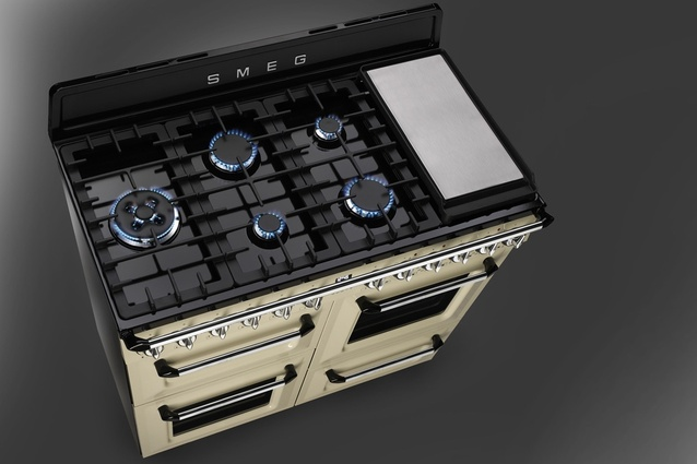 Seven-gas hob with teppanyaki plate.