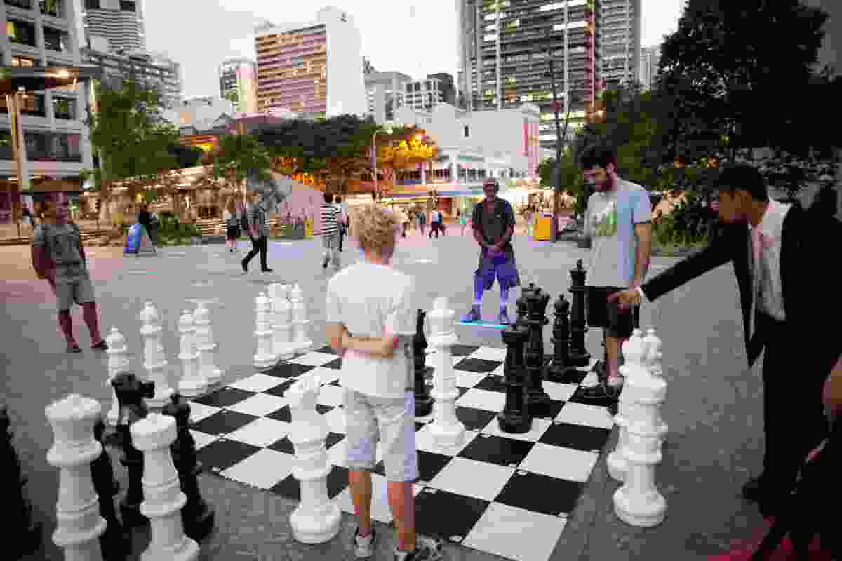 A giant chess set brings together people 