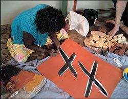 Gulumbu Yunupingu describes the sequence of mark-making to be used. Image: Philippe Ruault