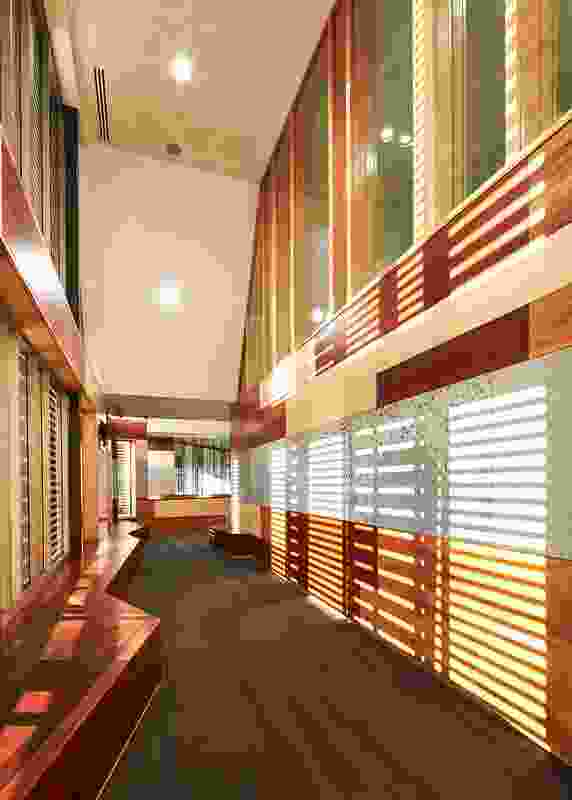 On the first floor, louvres shade a waiting area outside the Jury Court and protect the privacy of those waiting.