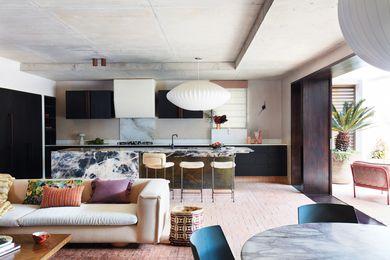"""意想不到的纹理和材料在整个住宅中结合起来,避免了沿海室内经常使用的""""沙和海""""色调。"""