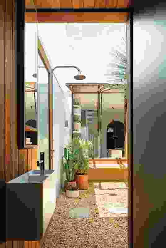 起居空间和紧凑的浴室确保了后方亭子使用的灵活性。