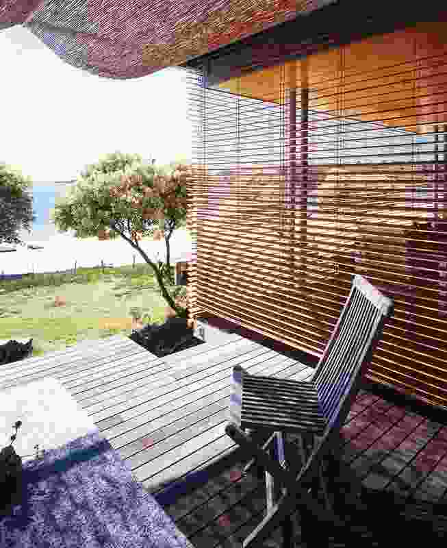 Bundeena Beach House (2004): The house offers controlled exposure to the elements.