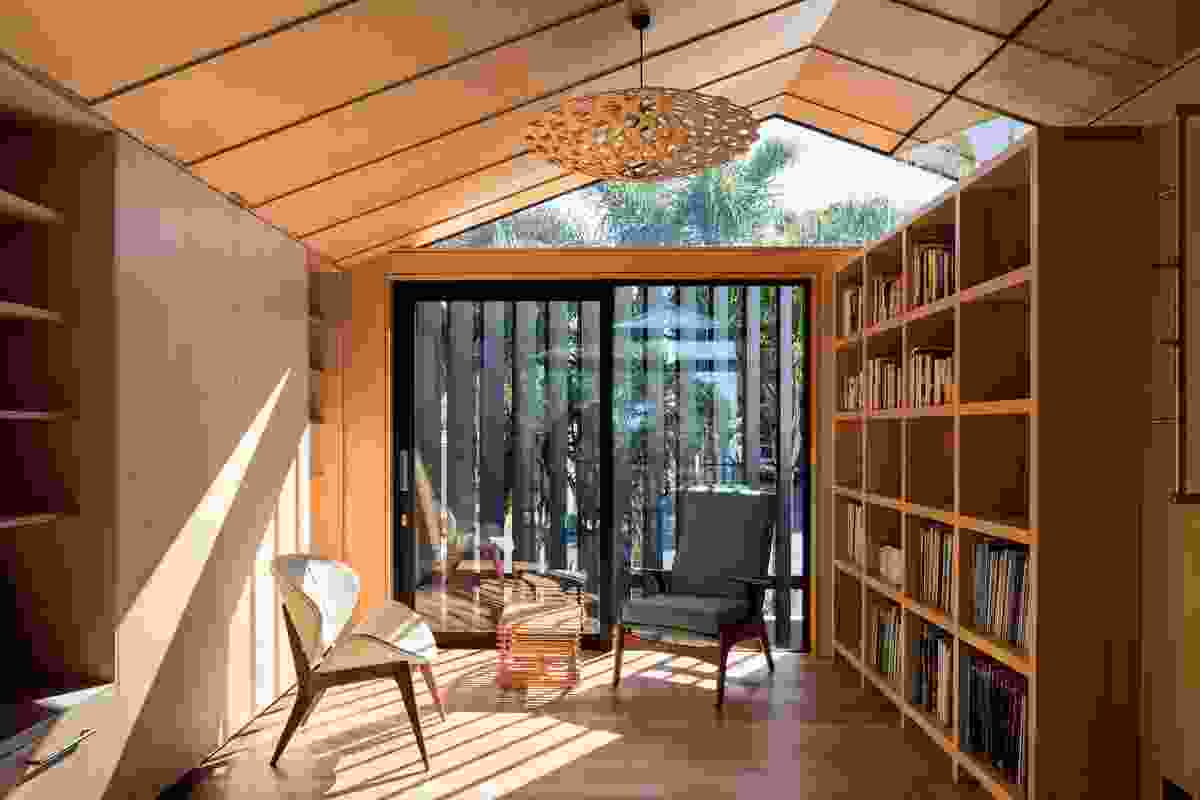 Sunlight streams through the operable louvres into the reading room, which can be transformed into a guest bedroom thanks to a built-in fold-out bed.