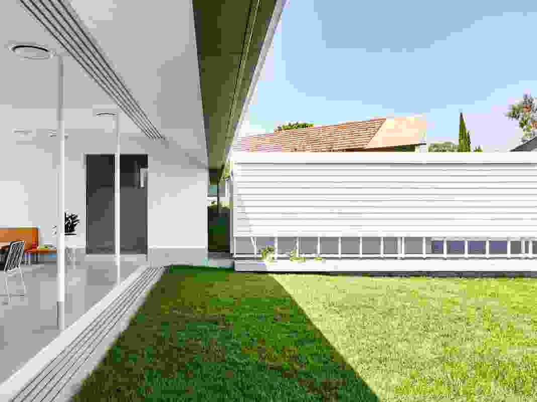 The home wraps around the site boundary to provide a sense of containment for the main garden.
