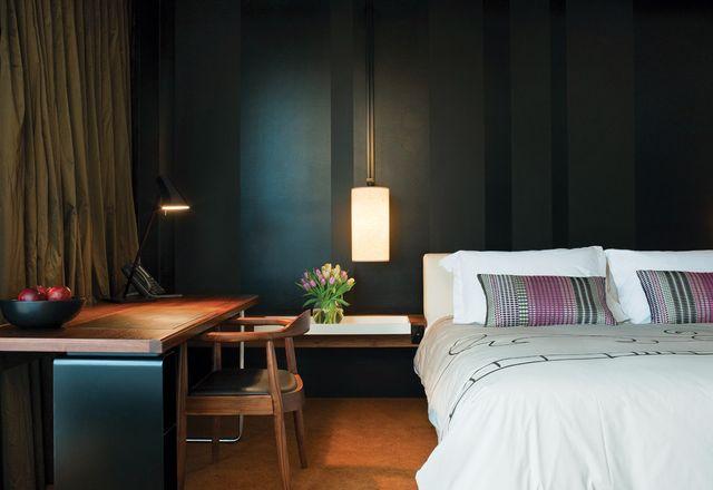酒店的卧室是情绪化的和现代的,有个人选择的触摸。