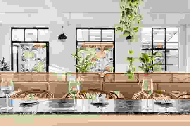 Jean-Pierre Biasol刚从墨西哥海岸的图卢姆(Tulum)旅行回来,他觉得他在假期中体验过的放松和迷人的室内设计可能是这家餐厅的灵感来源。