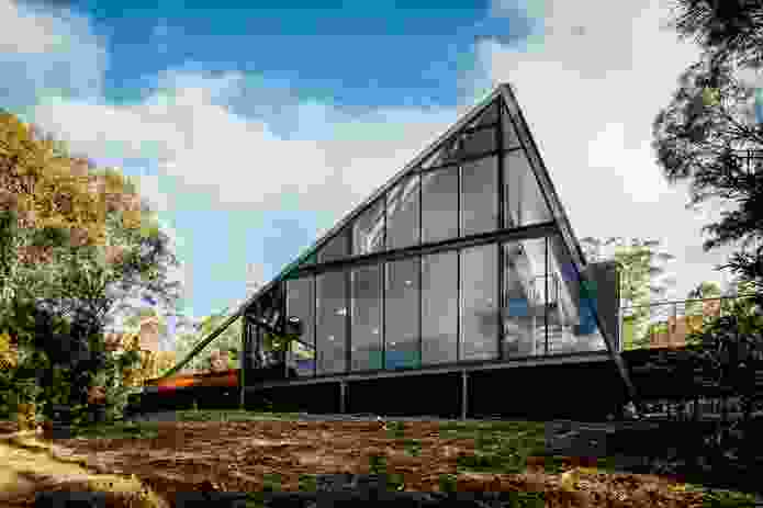 Reducing the visual impact of the house, a wall of low-reflectivity glass fronts the river.