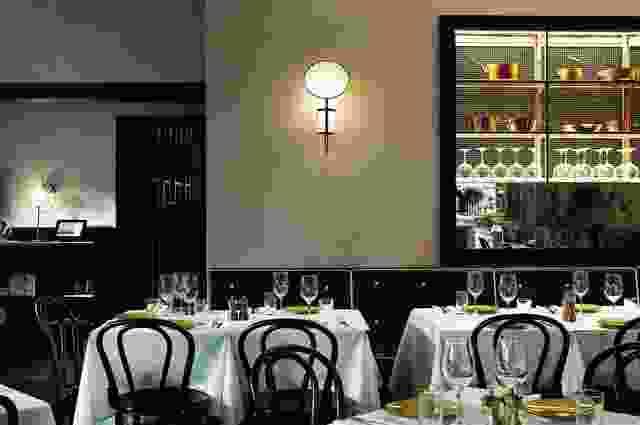 用餐室提供亮起的铜罐和其他烹饪艺术品。