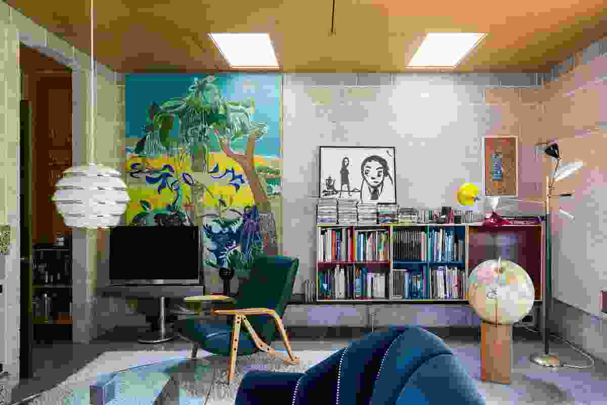 In contrast to the sunroom, the ratio of glazing to solid walls is very low in the living room/library. Artwork: Roland Shlick (main).