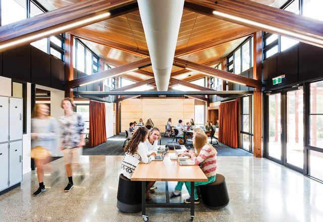 """在维多利亚地区的伍德雷中学(Woodleigh School)男女同校的高级校区,由法律建筑师事务所(Law Architects)设计的""""家园""""为学生提供了一个赏心悦目、舒适而又稳健的环境。"""