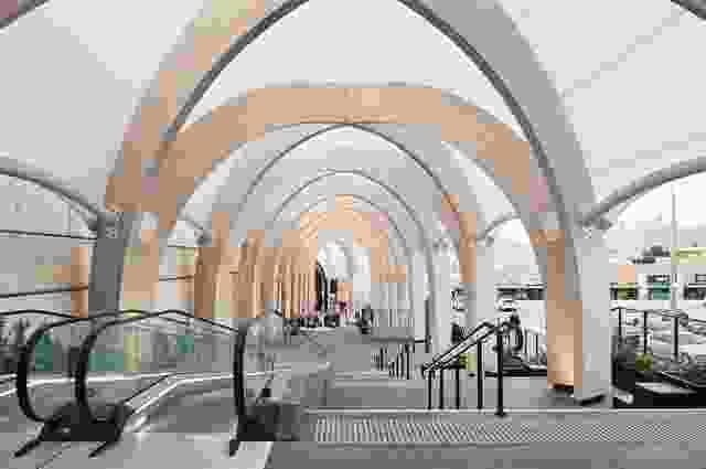 在城市和室内尺度上,链接可以被解读为拱廊,这是二十世纪早期著名的零售类型。
