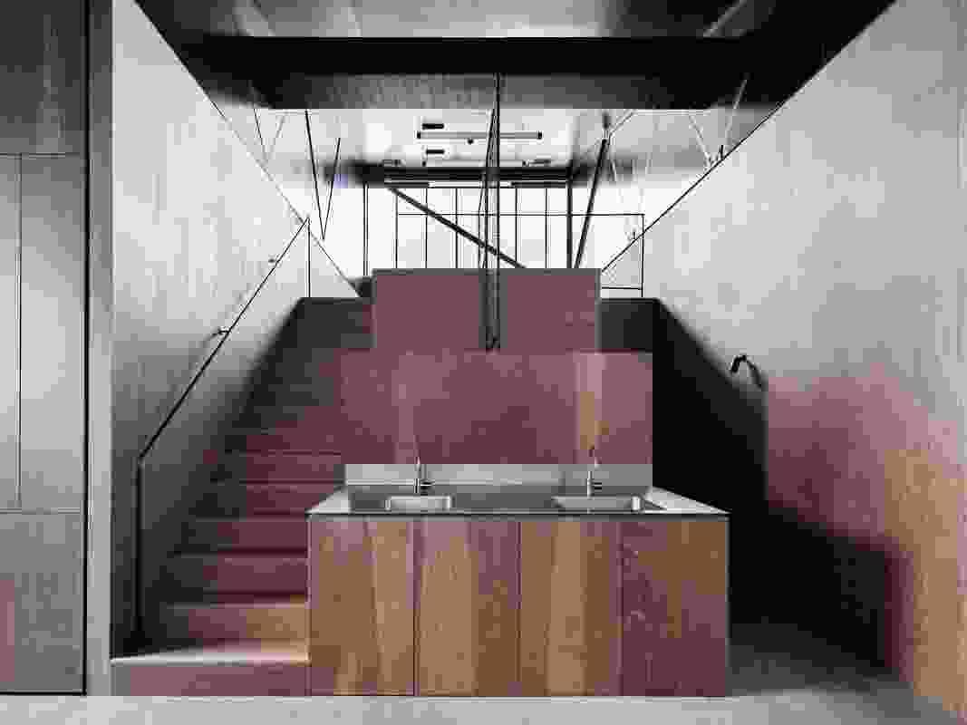 Artbank还设有一个自给自足的胶合板艺术家住宅,并配有多层工作室。