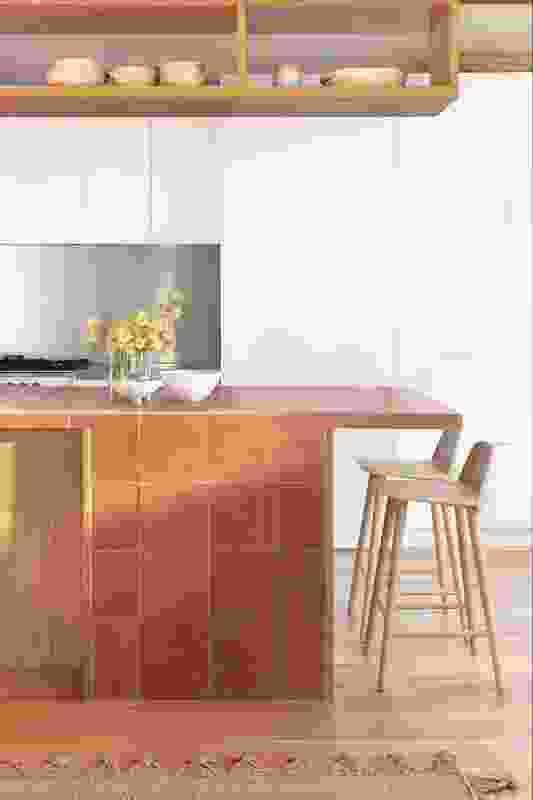橡木和陶瓦借鉴了当地的环境,为白色的室内增添了温暖和质感。