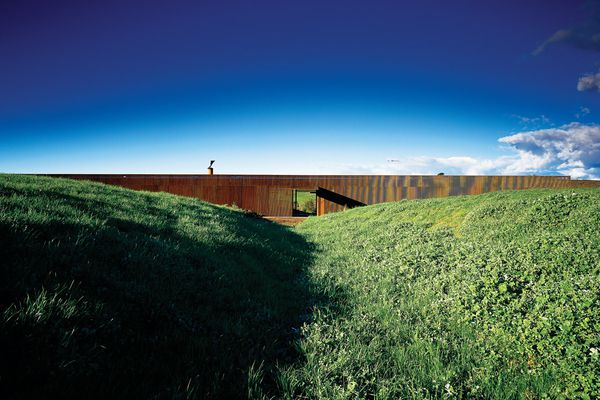 Glenburn House (2004–2007): from a distance, it looks like a monolithic, rusting steel sculpture embedded in the landscape.