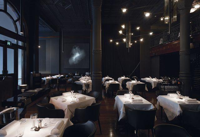 设计师在选择照明时非常注意照亮餐桌。