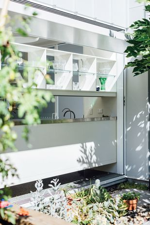 The north-facing kitchens connect to lush gardens that further embrace the benign beachside environment.