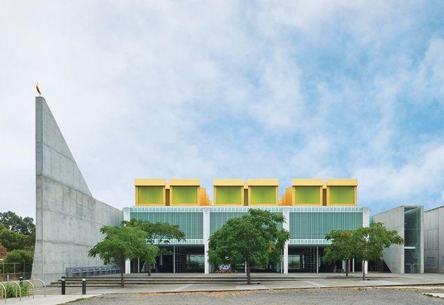 主立面上的玻璃,宽敞的前院和有顶的阳台的设计使清真寺在视觉上更加开放。
