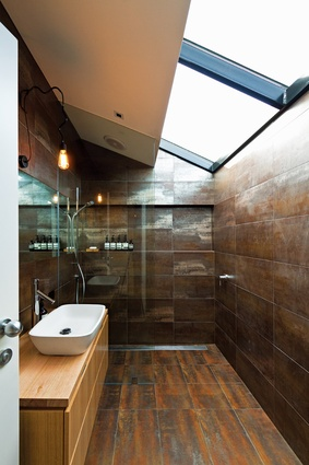 In the bathroom, as throughout the house, natural light is emphasized by simple, strong materials.