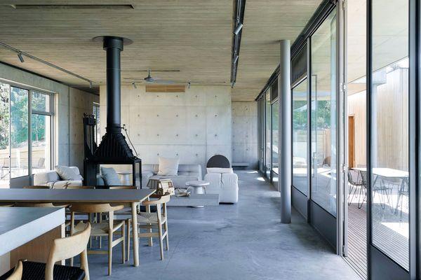 滨海住宅是对混凝土和木材的探索,每一种材料在整个过程中相互作用。
