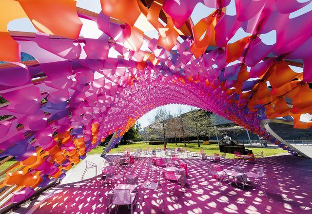 约翰·沃德尔建筑师事务所设计的维多利亚国家美术馆夏季建筑委员会激活了美术馆未充分利用的花园空间。