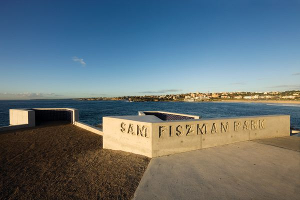 Named for Polish migrant Sam Fiszman, the park has two pointed balconies that direct attention to arresting views.