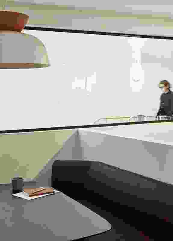 这个四层的空间是许多工作场所的家,其中一个(如图)是由Outline Design Office设计的。