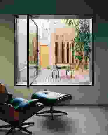 一个钢制枢轴窗与新的庭院空间形成了现代的联系。
