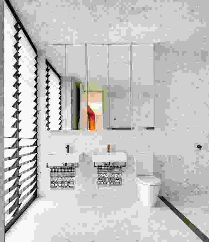Fan-shaped marble tiles cover the bathroom's floor, walls and ceiling, creating a sense of luxury.
