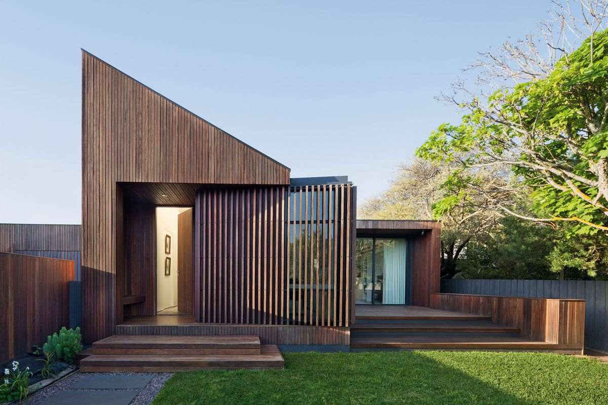 The steeply pitched skillion roof turns away from the two storey western neighbour to greet