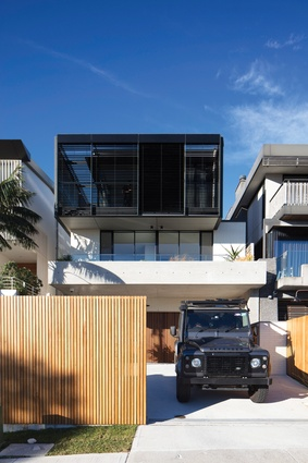 North Bondi House responds directly to the topography of its location on a peninsula.