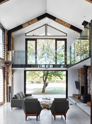 A balcony above the living area offers an ideal spot for looking out through the treetops.