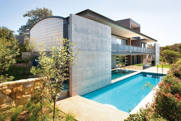 Mosman House: Concrete blade walls ground the corners.