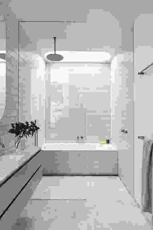椭圆形天窗柔和了一楼浴室的明快和棱角线条。