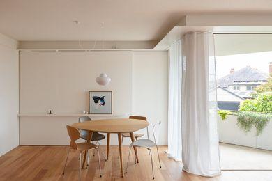 尽管占地面积很小,但这套公寓给人的感觉很宽敞。一扇推拉门将起居区和睡眠区隔开。艺术品:朱利安·马赫。