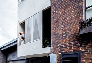 Operable screens to the laneway offer natural ventilation, light and privacy.