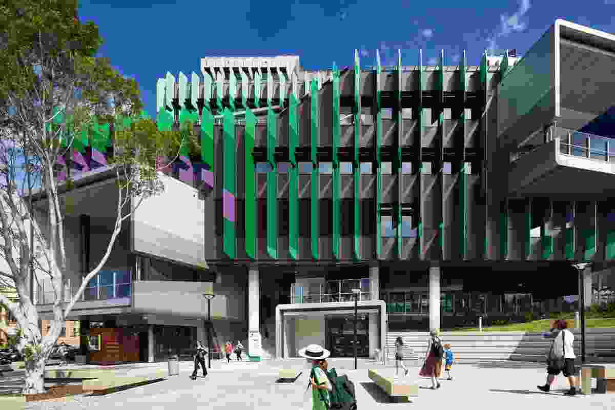 A generous plaza at the north-west of the site mediates between the hospital and the South Brisbane Town Hall.