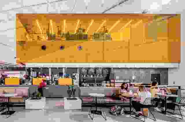 通过厨房的玻璃墙可以看到商业厨房,让顾客看到食品的生产和交付。