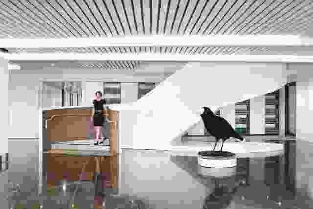 接待区摆放着一只由艺术家苏珊·林肯设计的喜鹊,喜鹊上镶满了珠宝。