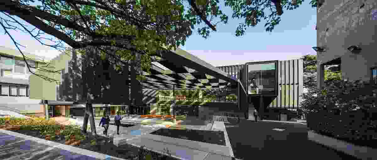 On the eastern facade an extensive pergola that terminates in vertical fins provides the students with a shaded outdoor area.