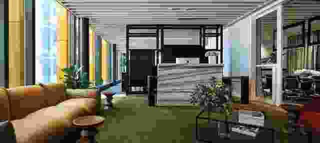 接待台后面的定制内特内划分工作空间的休息区。
