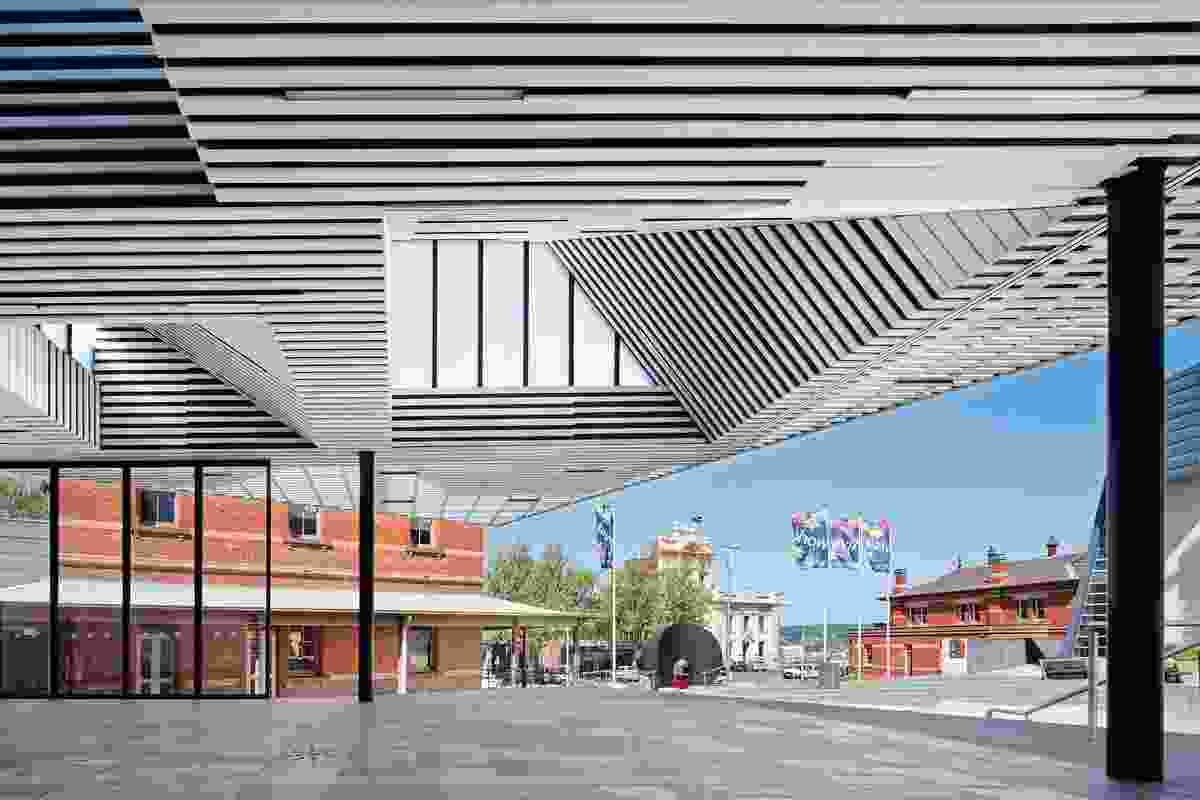 Between roof and plinth, operable panels slide back, allowing access to the plaza.