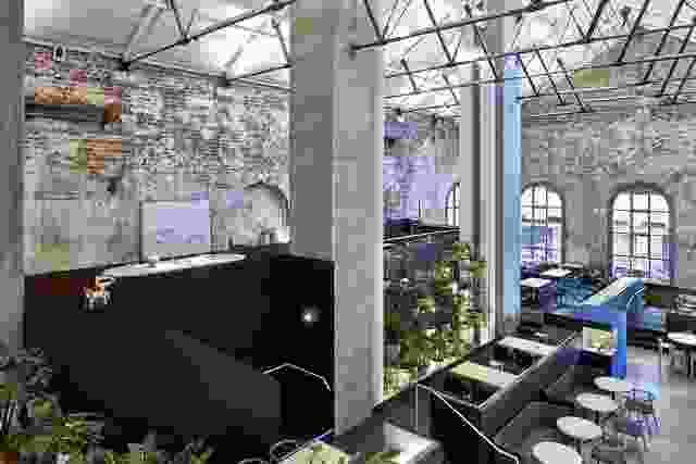 高地的特点是围绕空间的一系列较小的平台,将游客带进六个不同的楼层。