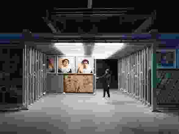 档案的位置,使游客可以直接参与货架系统。作品(从左起顺时针方向):Tuppy Goodwin, Christian Thompson, Charlie Tararu Tjungurrayi和Lisa Wolfgramm。