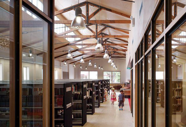 朱尼图书馆,雅致地坐落在一个破旧的超市里。