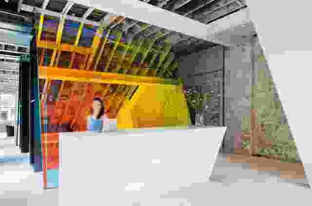 半透明的玻璃屏幕上覆盖着3M的二向色滤光片,为接待处提供了万花筒般的背景。