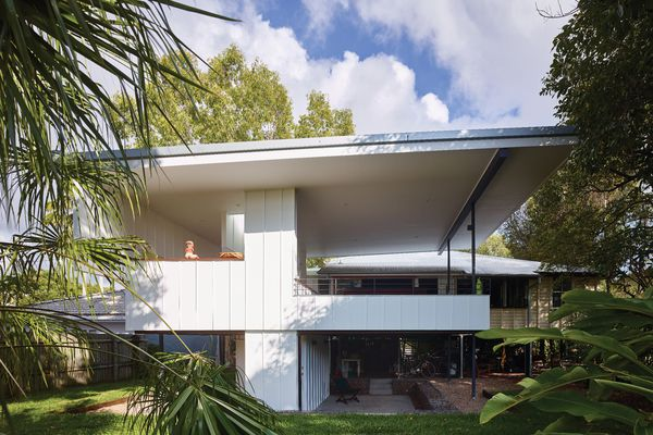 The tectonics of the new addition follow a simple, expressive logic similar to that of the existing dwelling.
