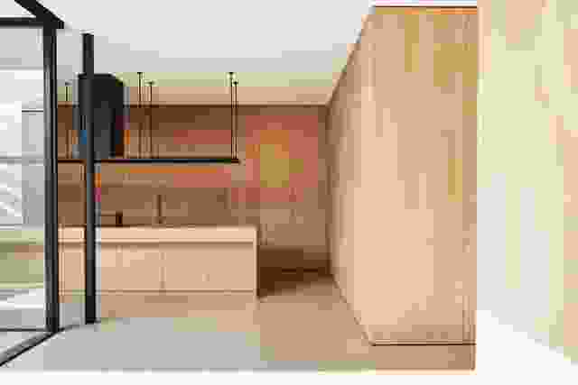 在一面墙的美国橡木橱柜后面是一个四米高的工作台和酒吧,用于大型聚会。