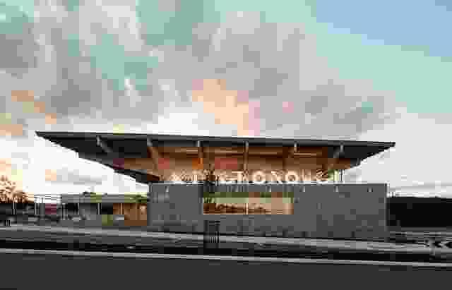 中心顶部是一个宏伟的、悬臂式的、40平方米的遮阳伞结构。它在规模上是城市的,在景观中提供了一个强有力的标记。