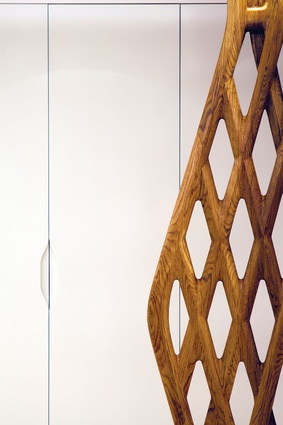 The red oak screen, which was imported from the US, is a reinterpretation of a traditional Chinese screen.